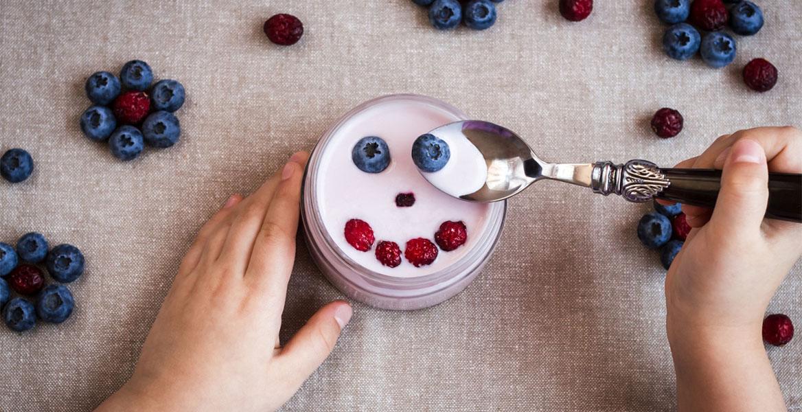 Kiedy podawać probiotyki dzieciom? Czy tylko po antybiotyku? Sprawdź, kiedy najlepiej stosować probiotyki u dzieci.
