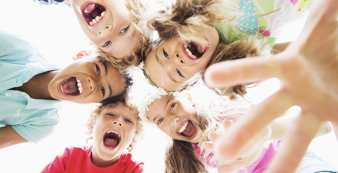 Zabawa rozwija koordynację ruchową dzieci, ich motorykę i sprawia, że mózg pracuje na najwyższych obrotach. Sprawdź 5 najfajniejszych zabaw dla dzieci.