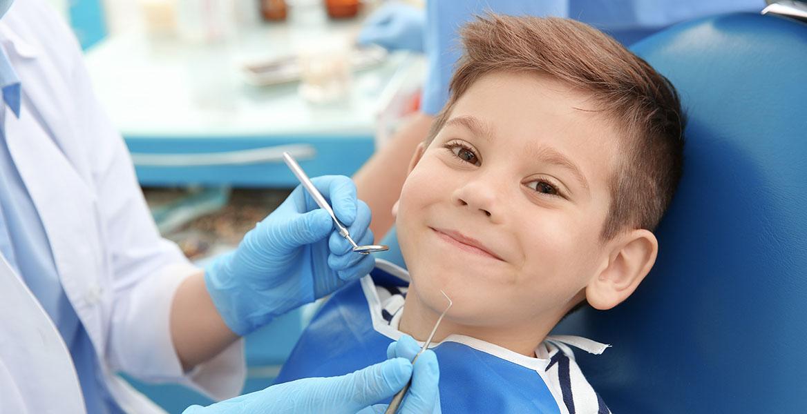 Czeka Cię pierwsza wizyta u dentysty z dzieckiem? Sprawdź, jak często zabierać dziecko do stomatologa i jak zadbać o jego zęby.