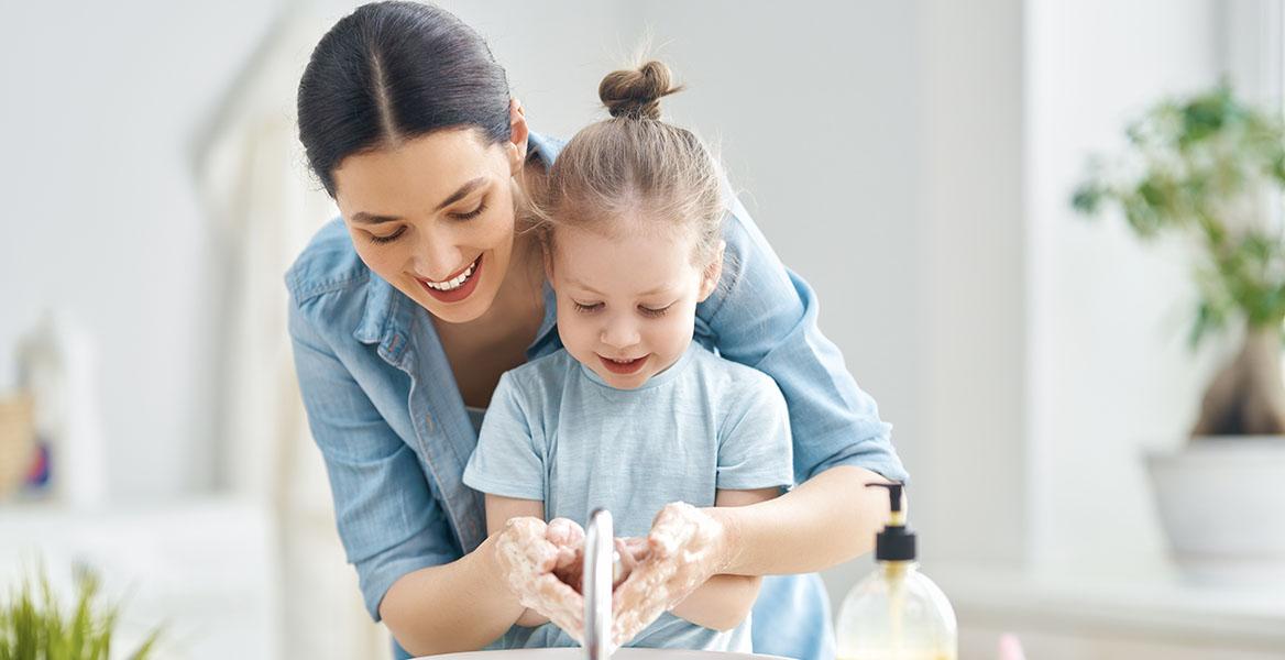 Mama uczy dziewczynkę, jak myć ręce. Nauka mycia rąk - jak nauczyć dziecko dbać o higienę?