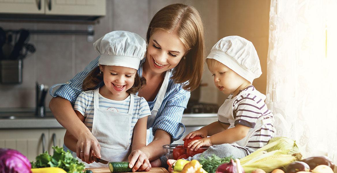 Dieta na odporność, zdrowa dieta dla dzieci. Mama gotuje z dziećmi w kuchni.