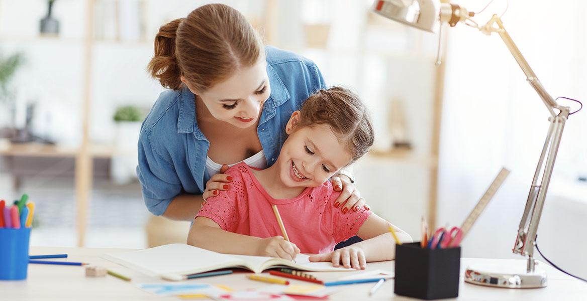 Nauka rysowania dla dzieci - jak nauczyć dziecko rysować zwierzęta i postaci z bajek. Mama uczy córeczkę, jak rysować.